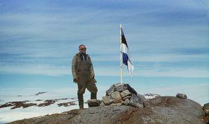 Enn Kaup. Eesti lipu esmaheiskamine Antarktises Thala oaasis Molodjažnaja jaama lähedal 9. novembril 1988. Foto: Vassili Terletski